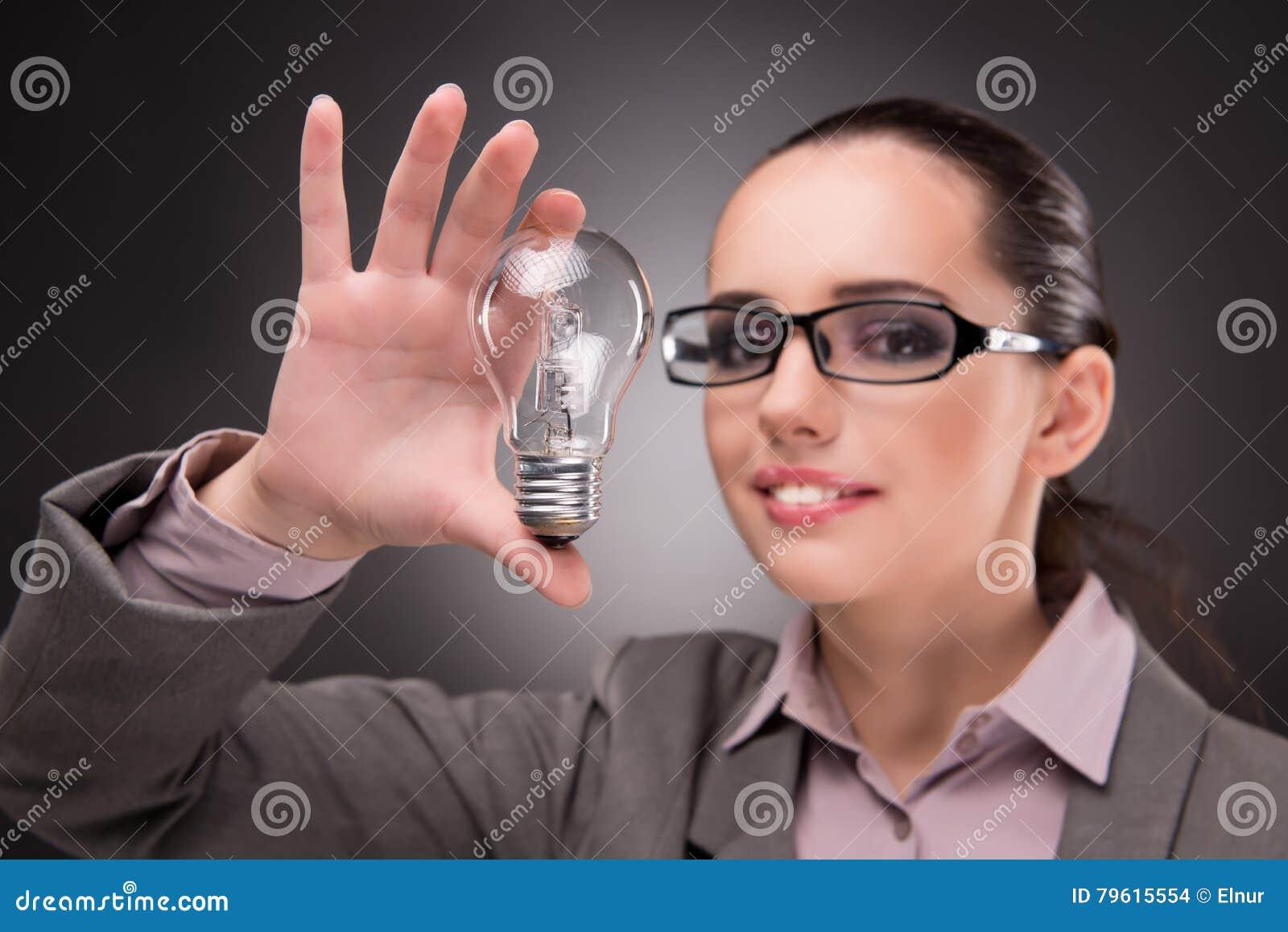 O conceito brilhante da ideia com mulher de negócios da mulher