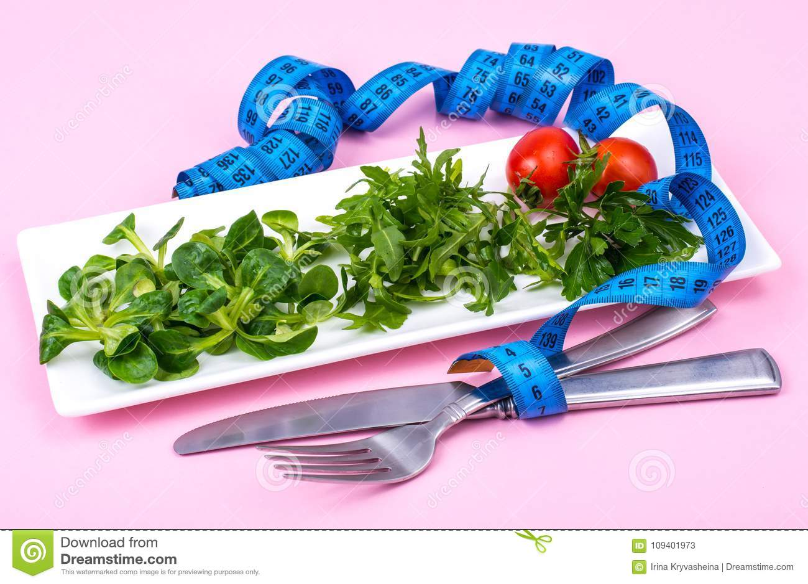O conceito da perda de peso Alimento dietético, salada verde
