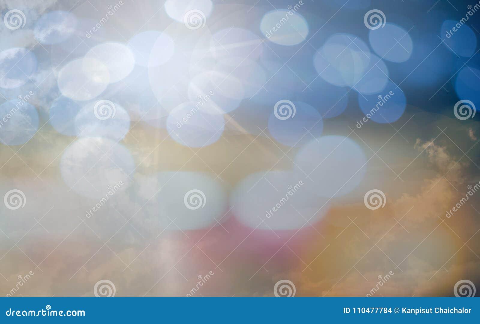 O conceito de adoração do deus, pessoa abre as mãos vazias com palmas acima