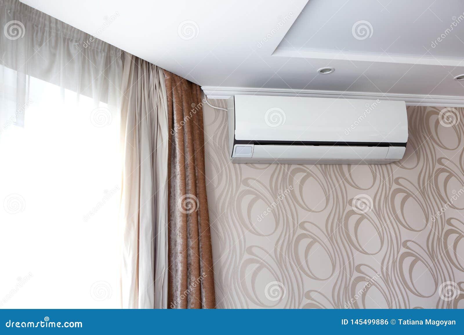 O condicionamento de ar na parede dentro da sala no apartamento, desligou Interior em tons bege calmos