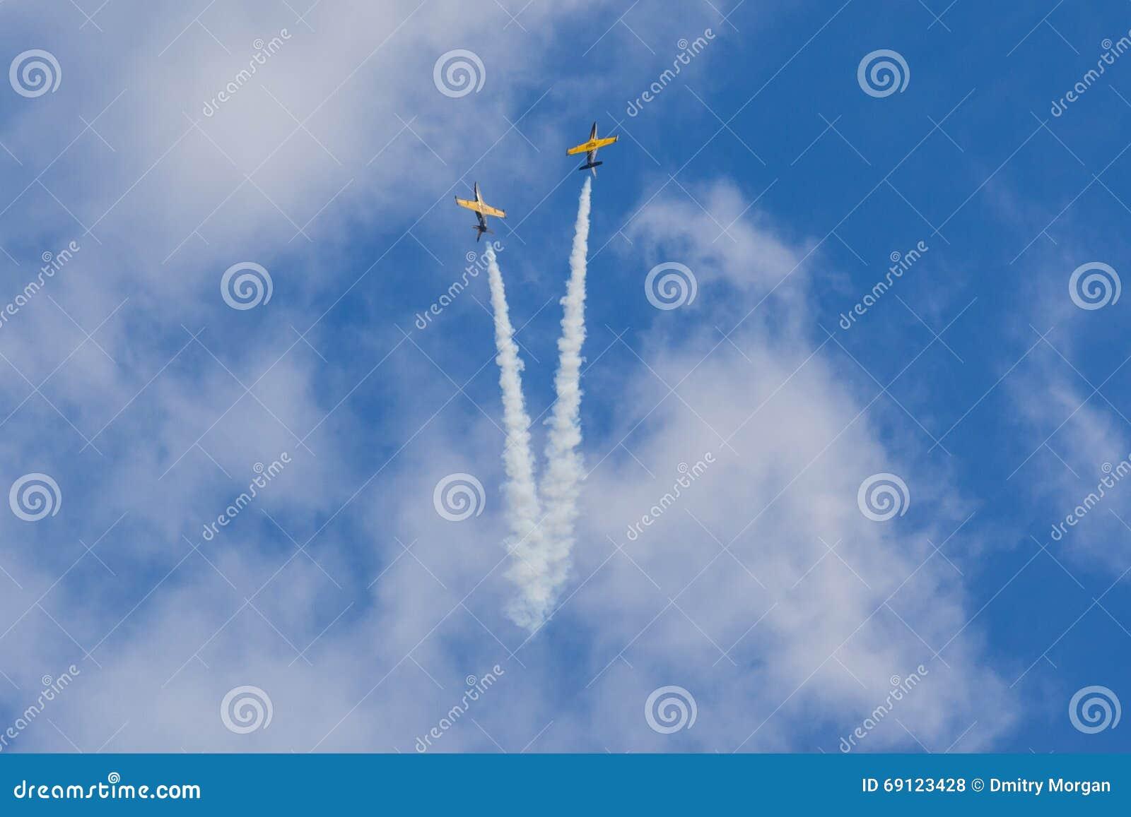 O conluio acrobático aplana RUS do ALCA L-159 Aero no ar durante o evento desportivo da aviação dedicado ao 80th aniversário de D