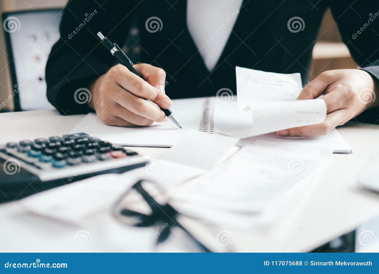 O contador ou o banqueiro calculam a conta do dinheiro