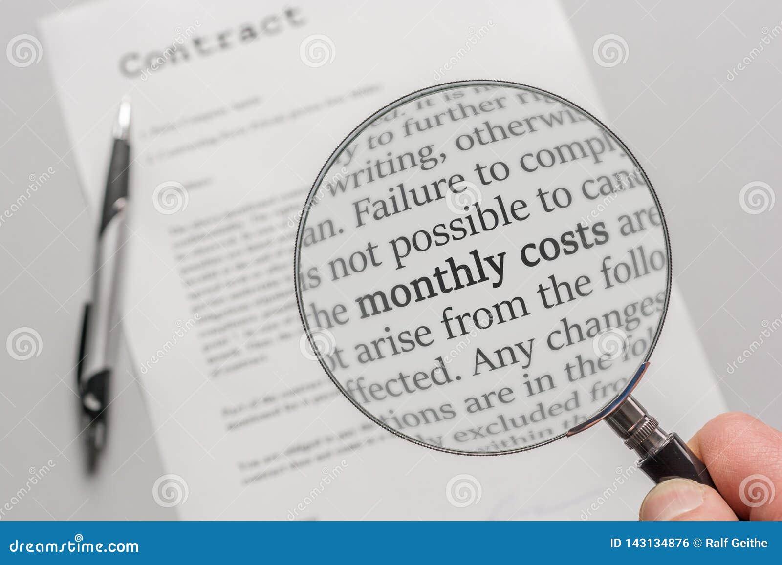 O contrato é verificado com uma lupa a propósito dos custos mensais em consequência de um contrato