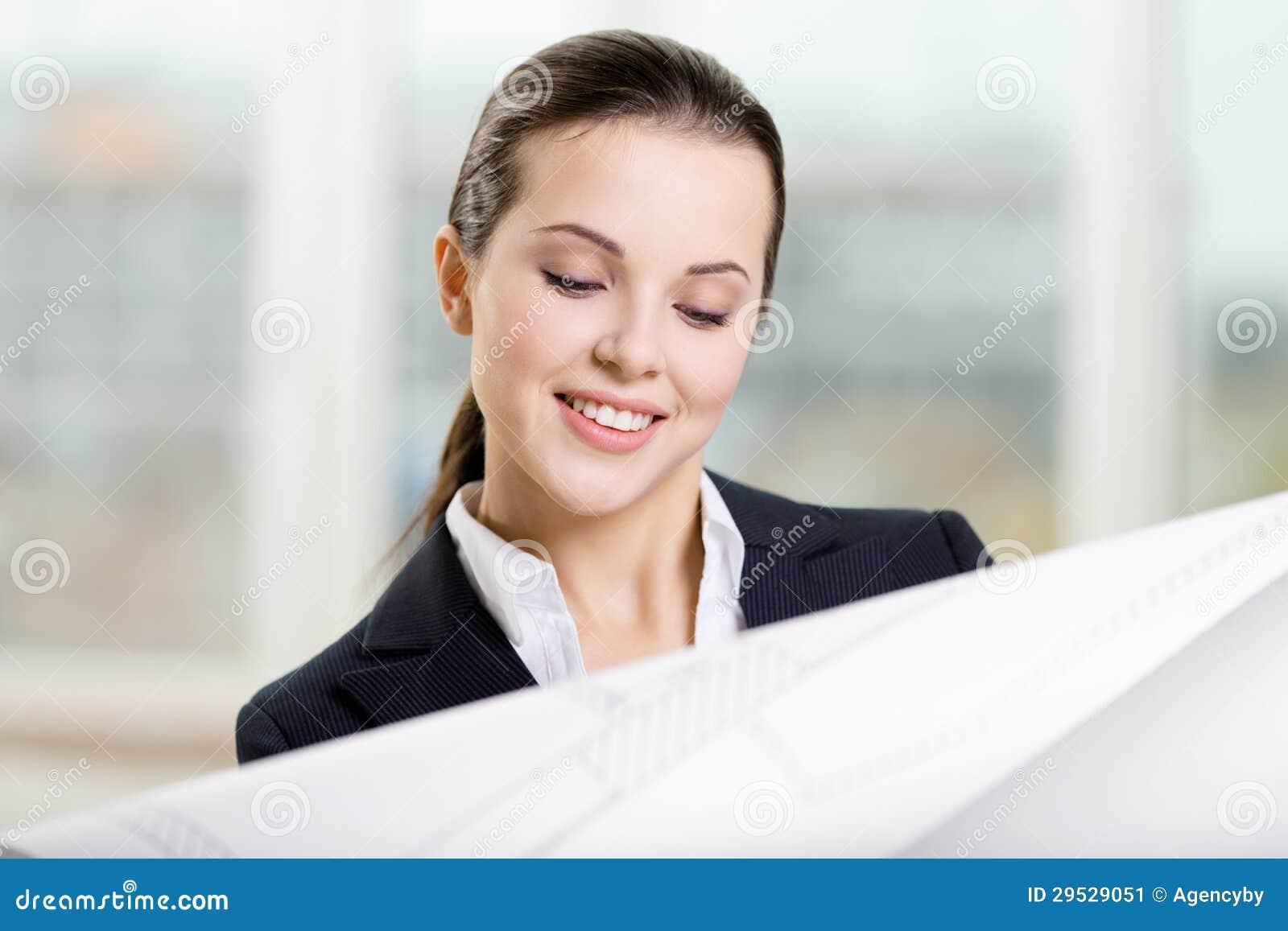 O coordenador fêmea olha através do modelo