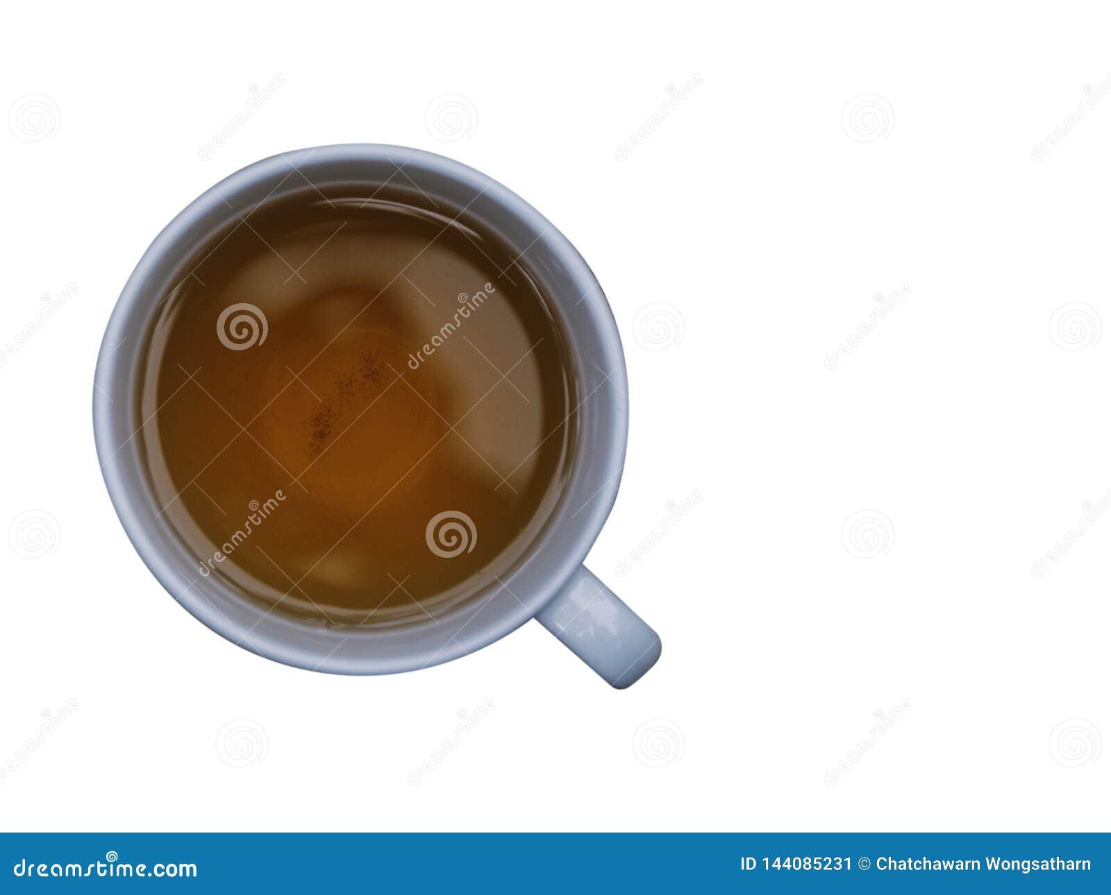 O copo do chá na terra traseira branca com o trajeto coppy do espaço e de grampeamento