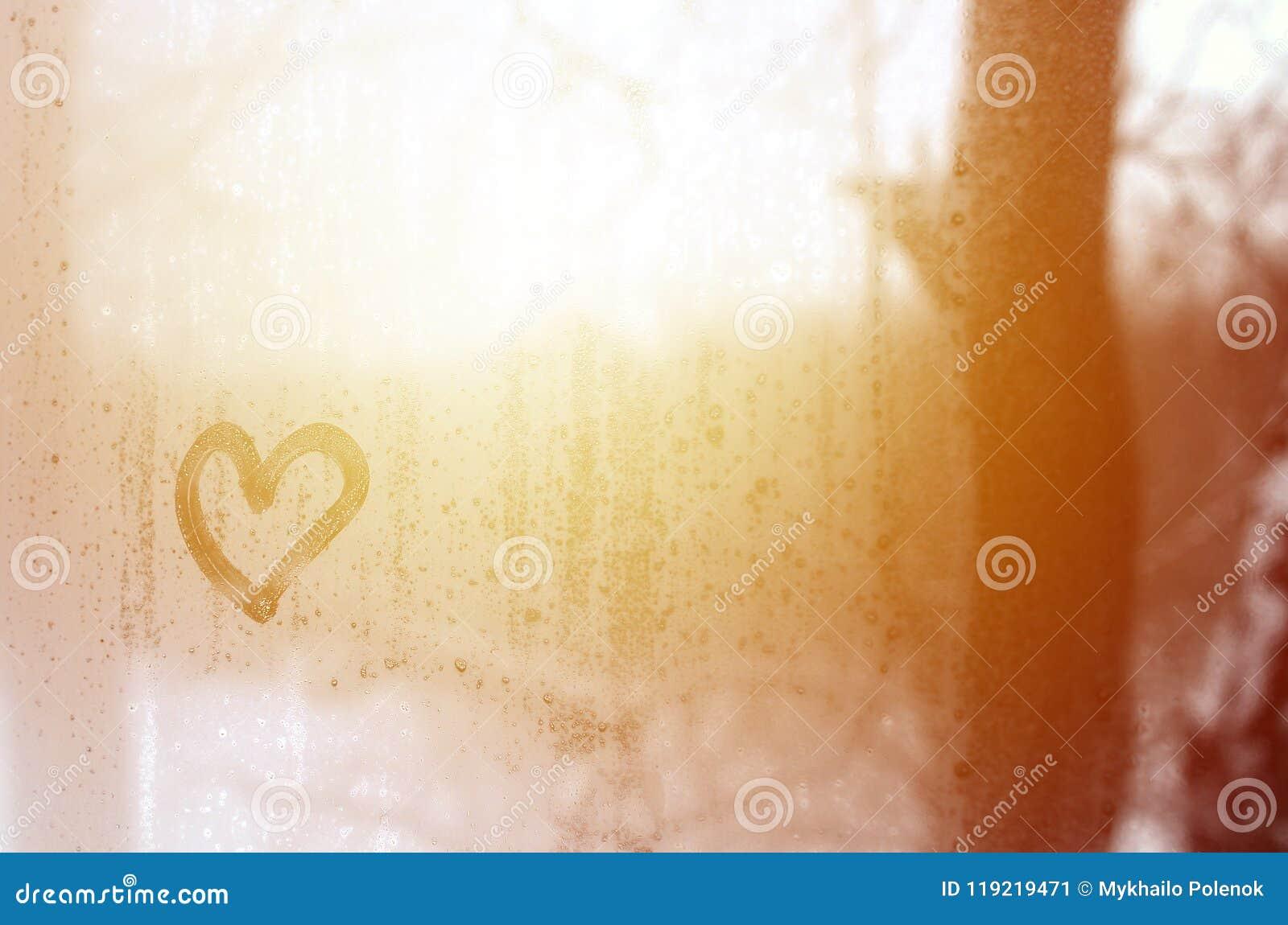 O coração é pintado no vidro misted no inverno