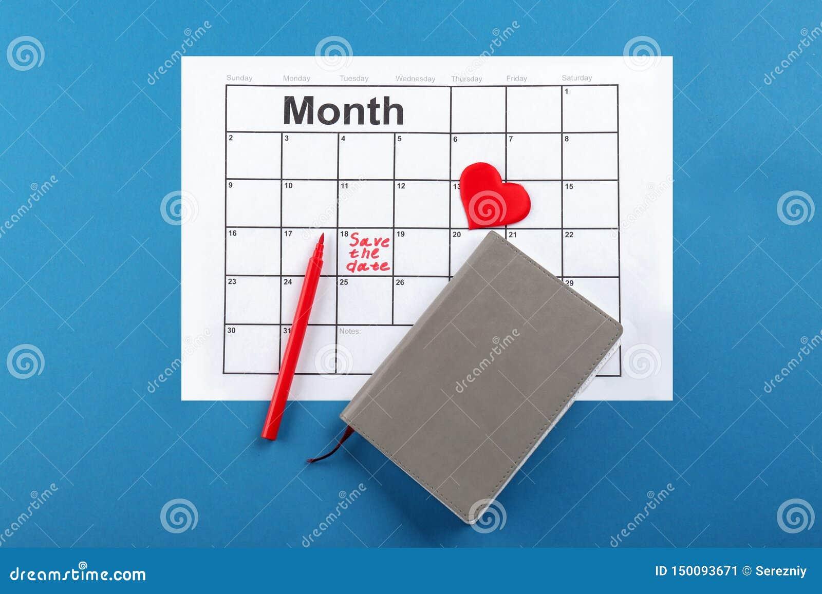 O coração, o caderno e o calendário com inscrição salvar a data no fundo da cor