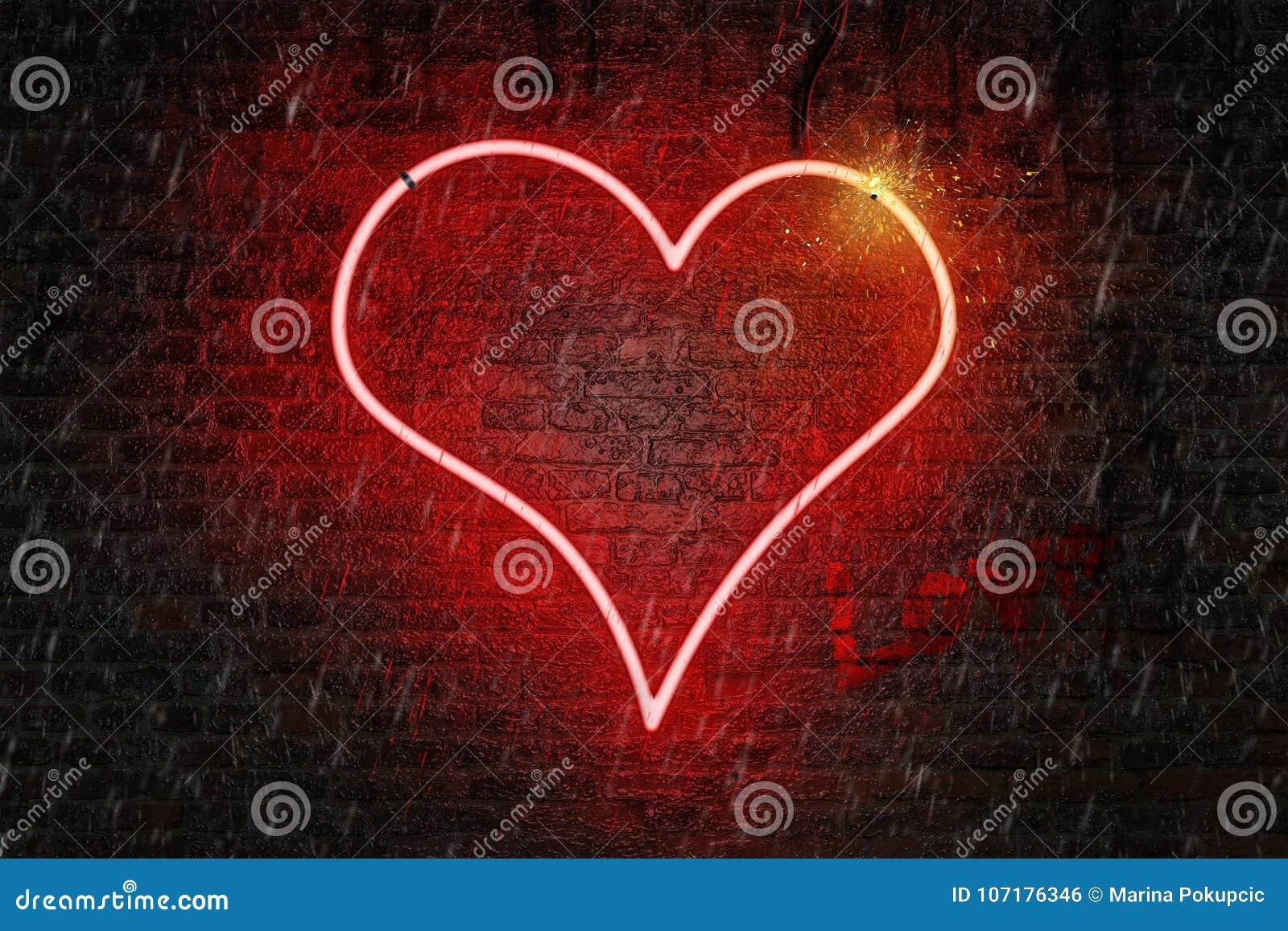 O coração de néon vermelho deu forma ao sinal em uma parede de tijolo molhada