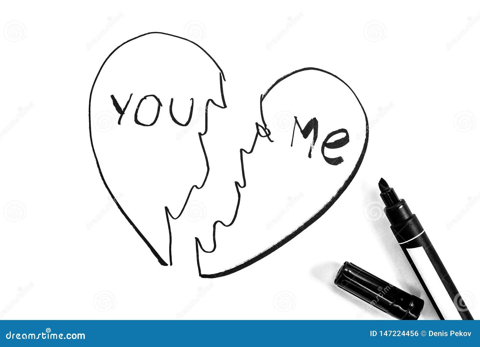 O coração quebrado é pintado com marcador, foto preto e branco