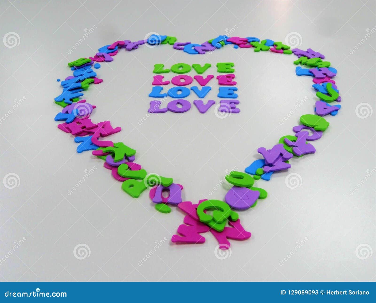 O coração shapped com letras com o amor da palavra nele