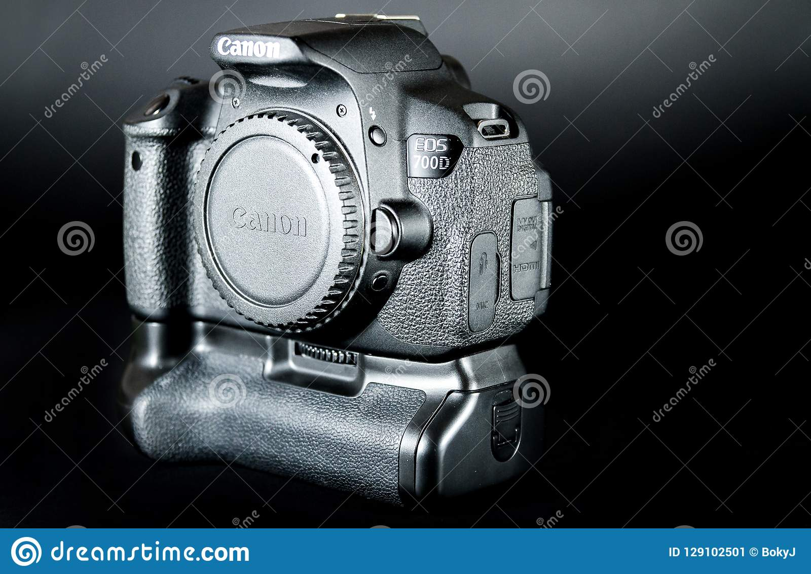 O corpo do EOS 700D DSLR de Canon com aperto da bateria uniu e tela da aleta