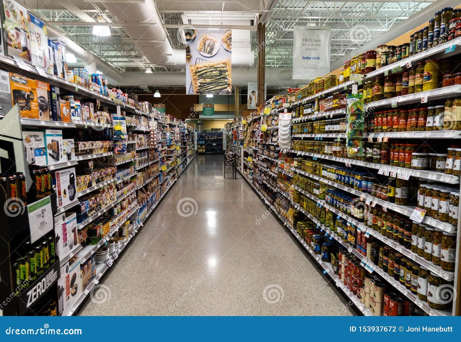 O corredor vegetal da lata de uma mercearia de Publix