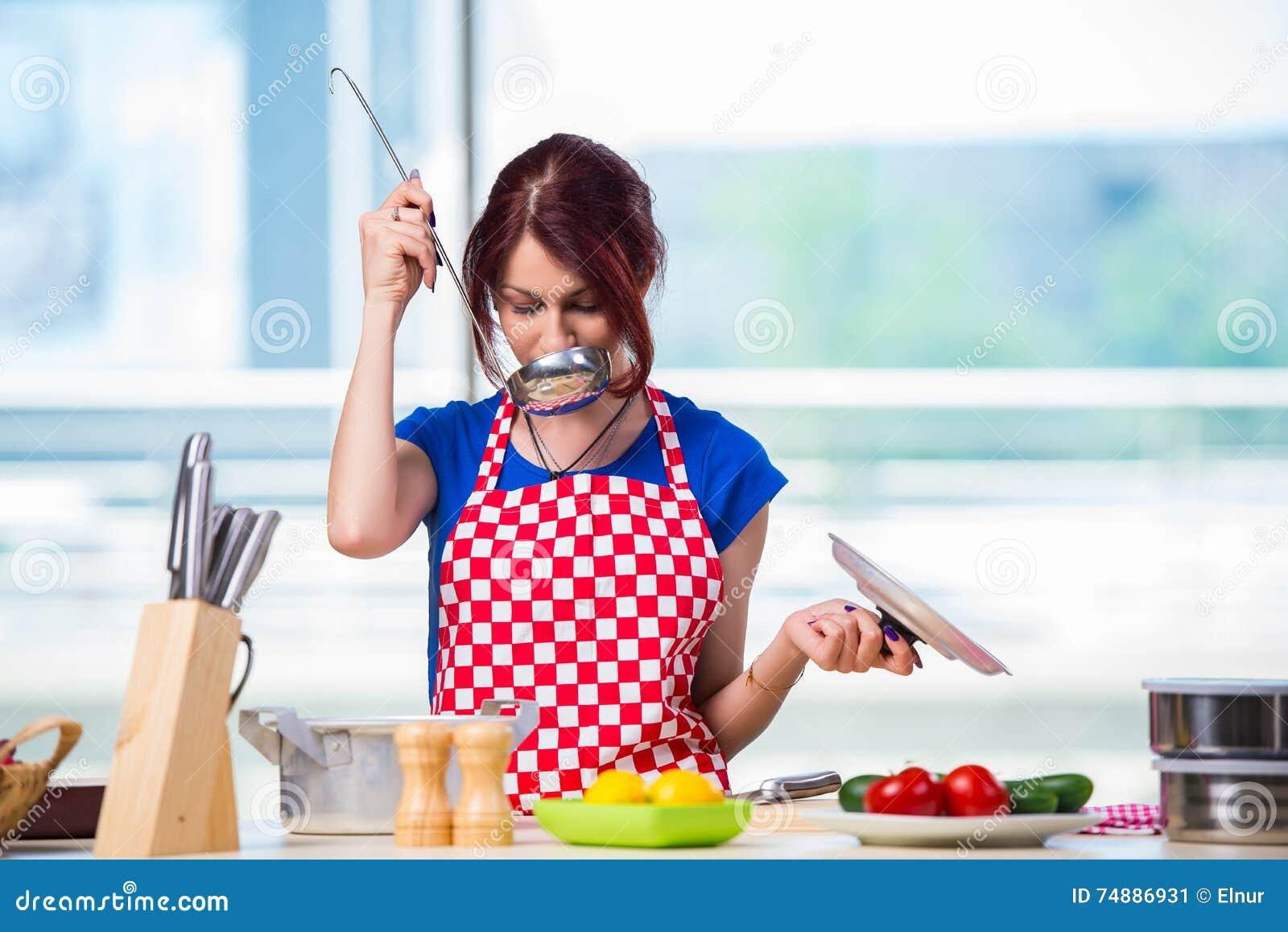 O cozinheiro novo que trabalha na cozinha
