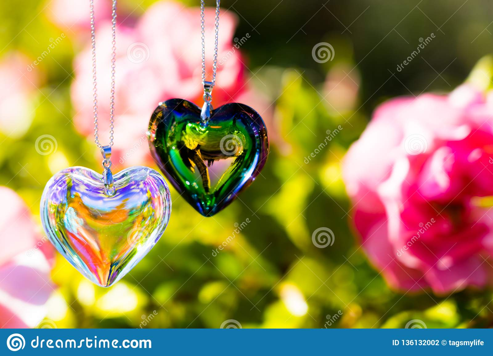 O cristal do coração refrata a luz solar - cristal do backgroundheart do pulso de disparo da luz solar refratar a luz solar - fun