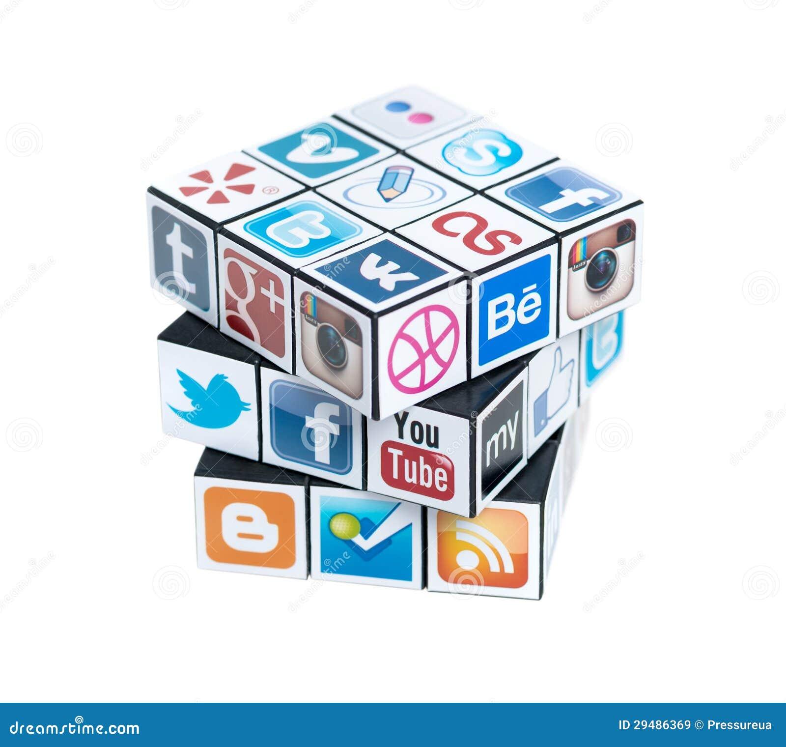 O cubo de Rubick com logotipos sociais dos media