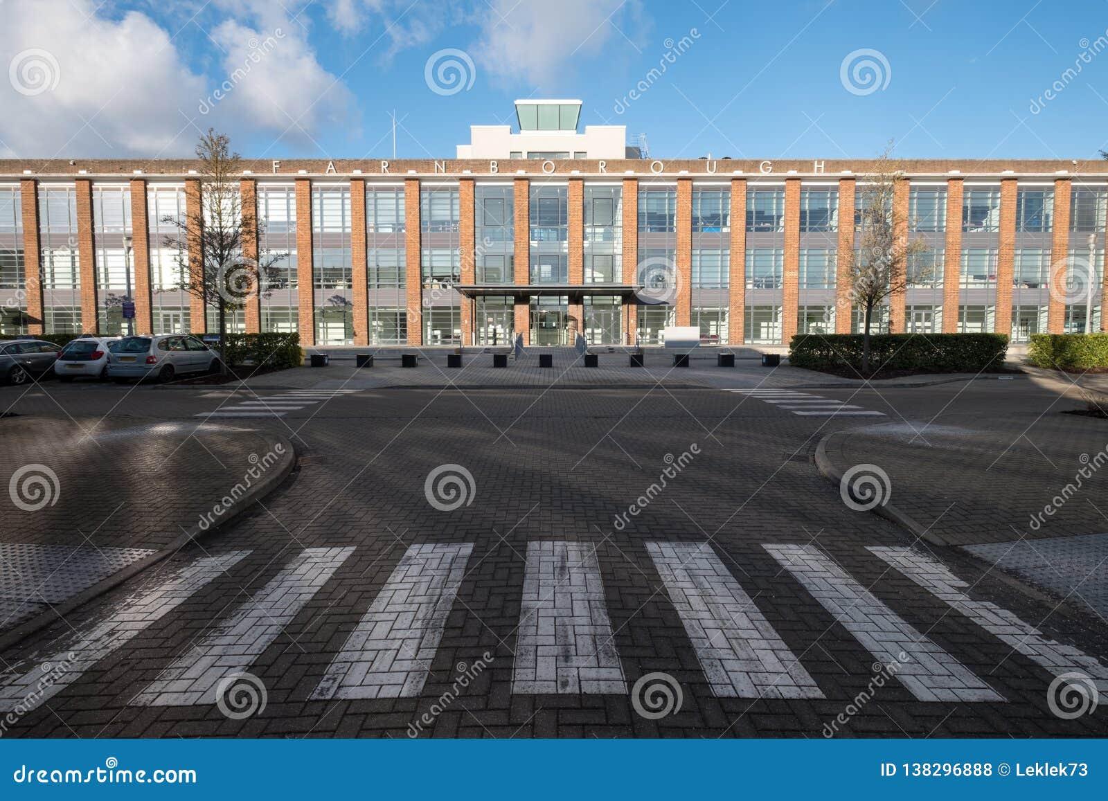 O cubo, prestou serviços de manutenção a escritórios em uma construção renovada do estilo do art deco no parque empresarial de Fa