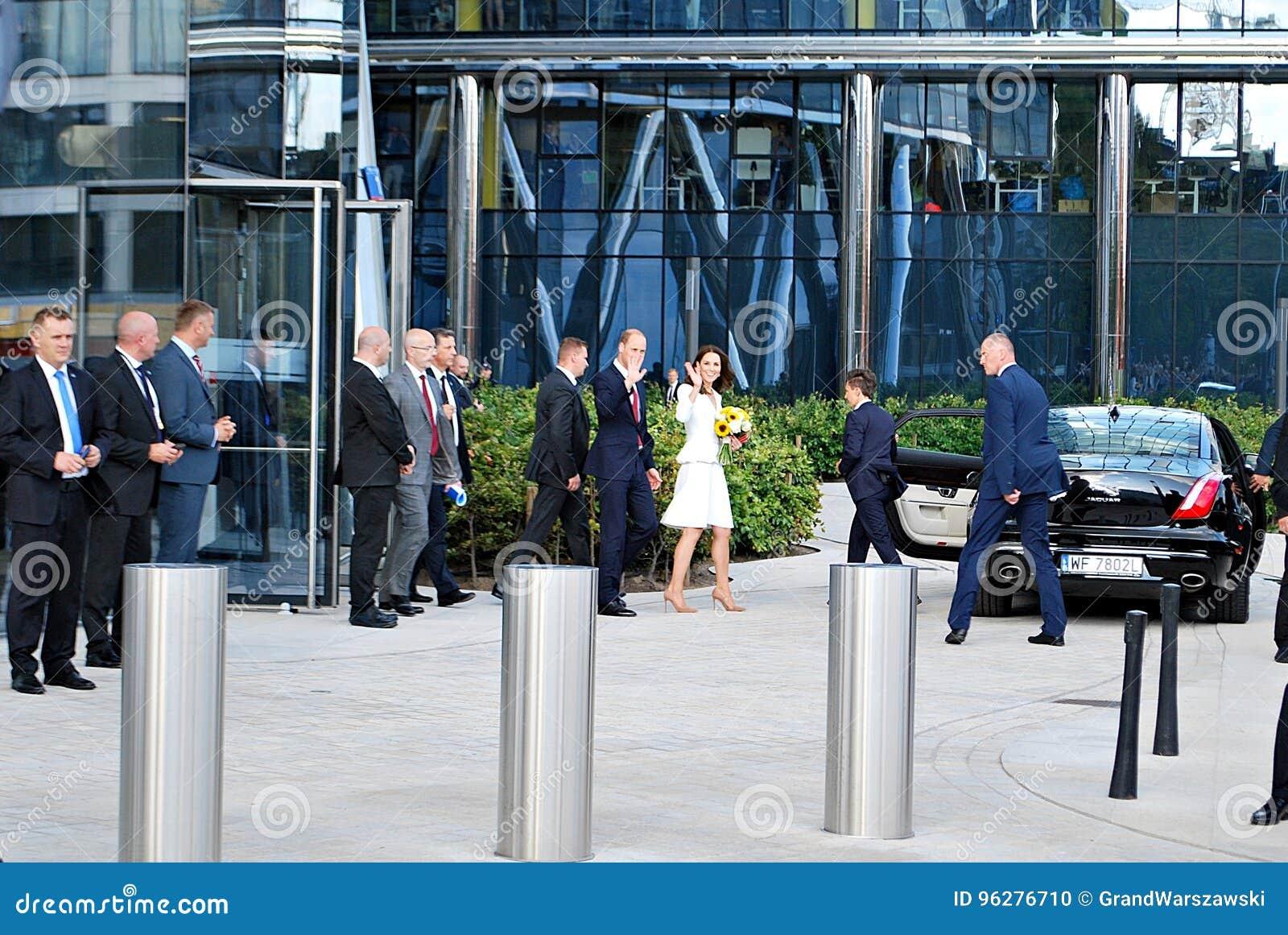 O cumprimento do príncipe William e da Kate Middleton aglomera-se em Varsóvia