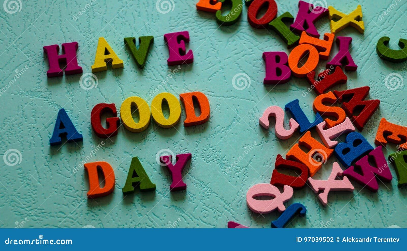 O ` da frase tem letras coloridas de madeira de um ` do bom dia na cor da hortelã da tabela