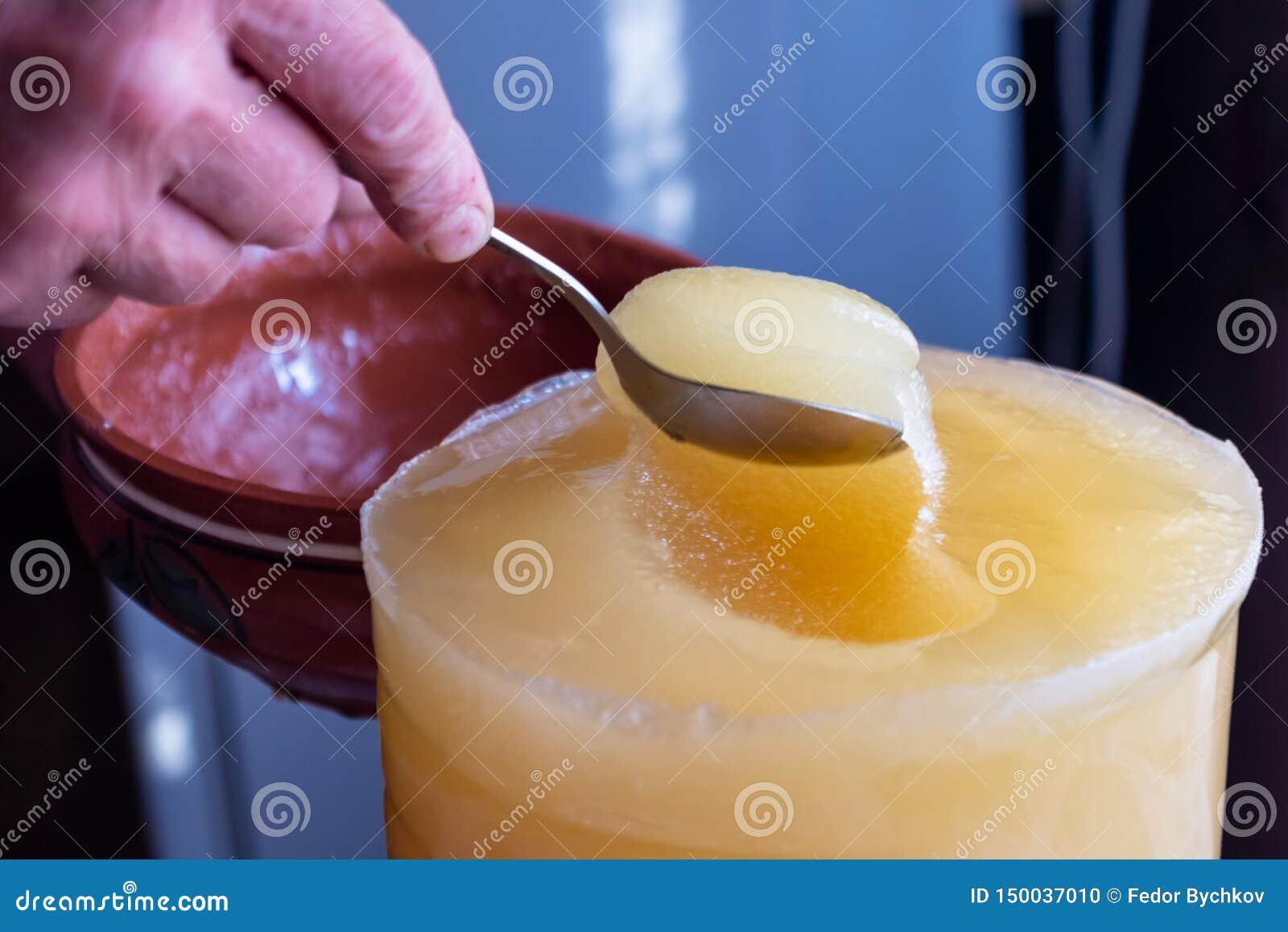 O deslocamento do mel de um recipiente maior em uma bacia