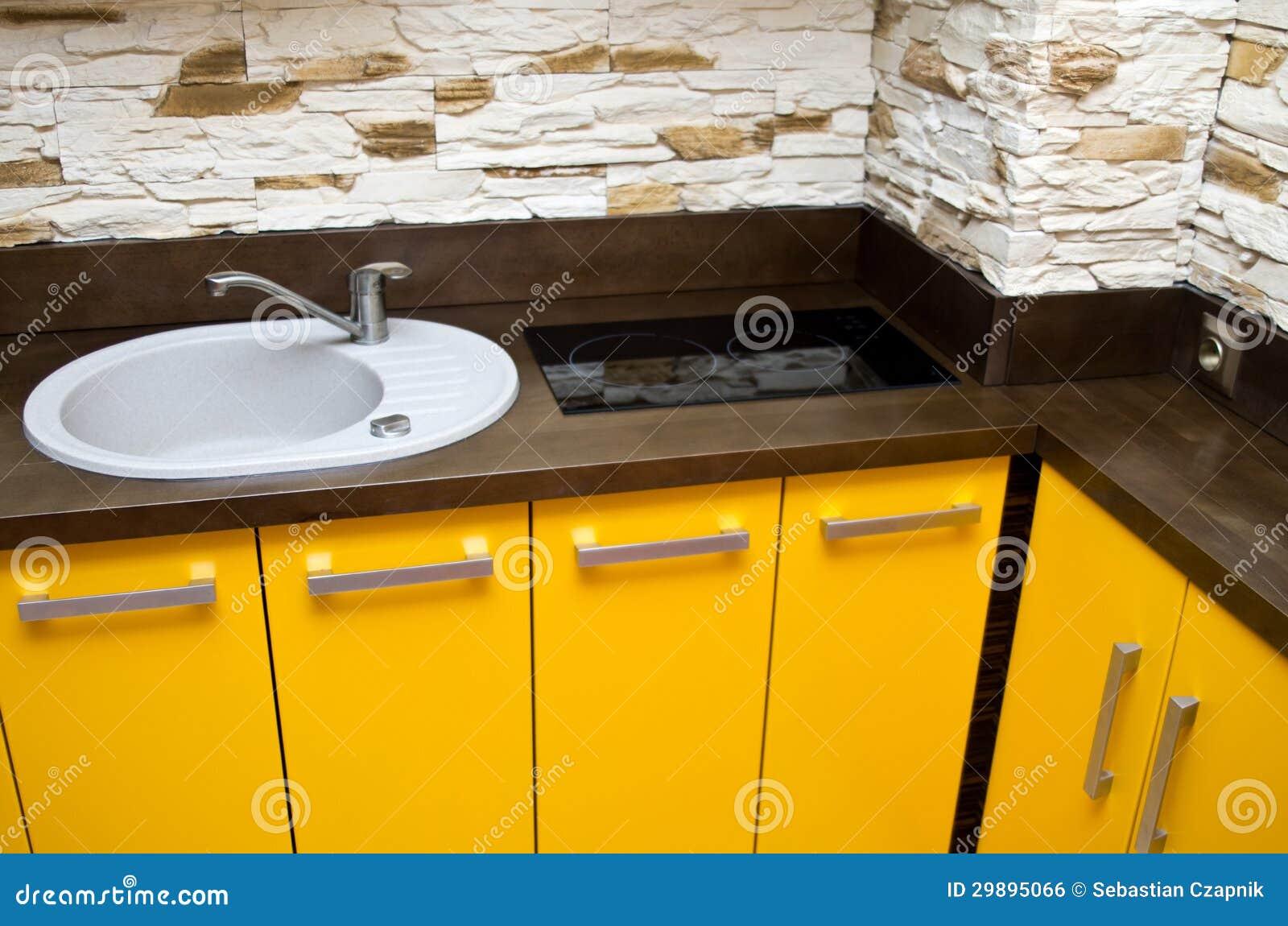 detalhe de um projeto contemporâneo da cozinha com os armários  #C89303 1300 951