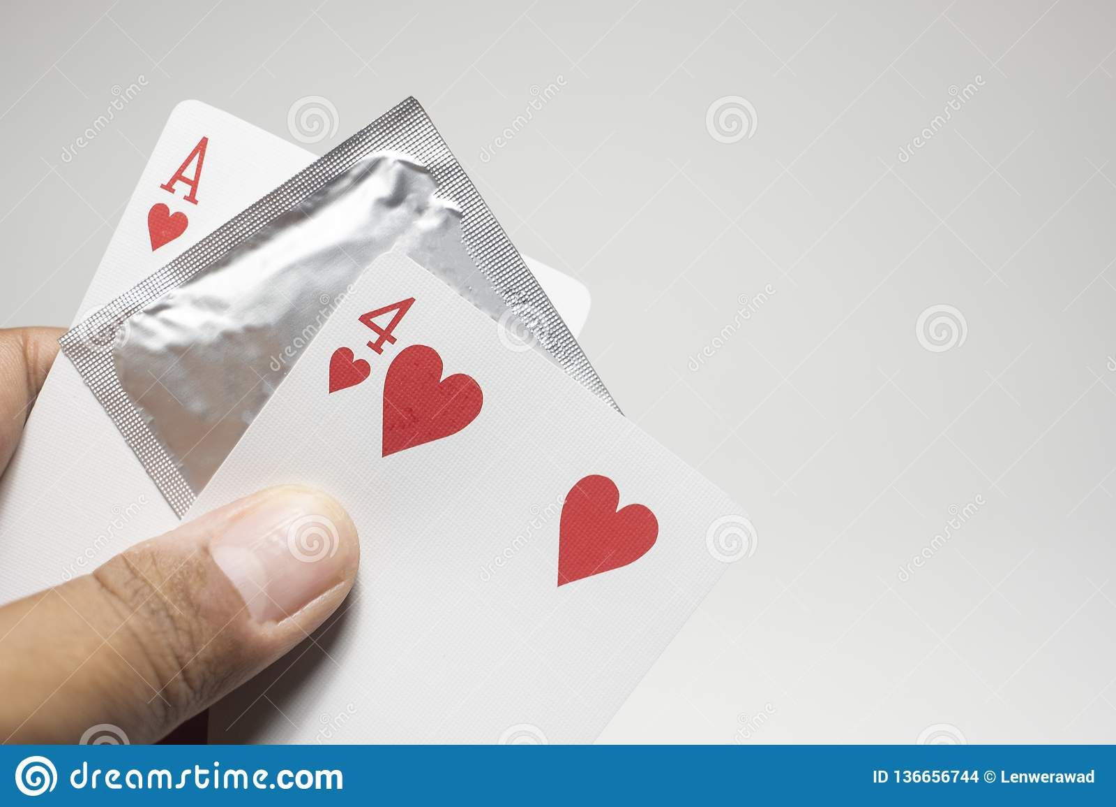 O dia de valentines, número quatorze números do cartão, preservativo para impedir o conceito novo do amor do sexo seguro dos Vale