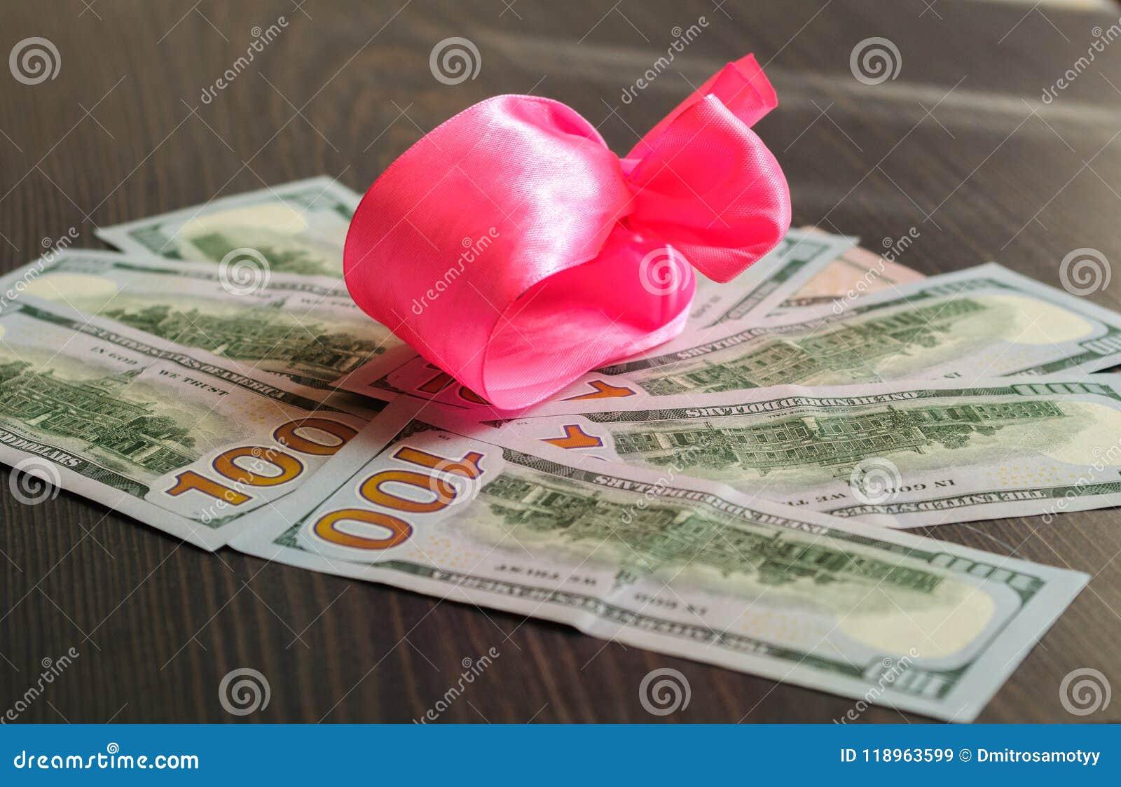 O dinheiro está em toda parte, lotes dos dólares em uma foto