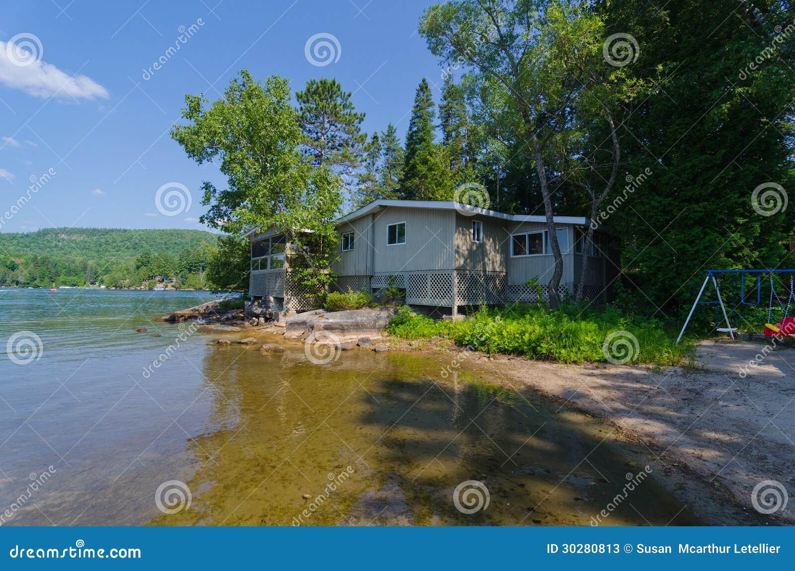 Casa de campo do verão no lago