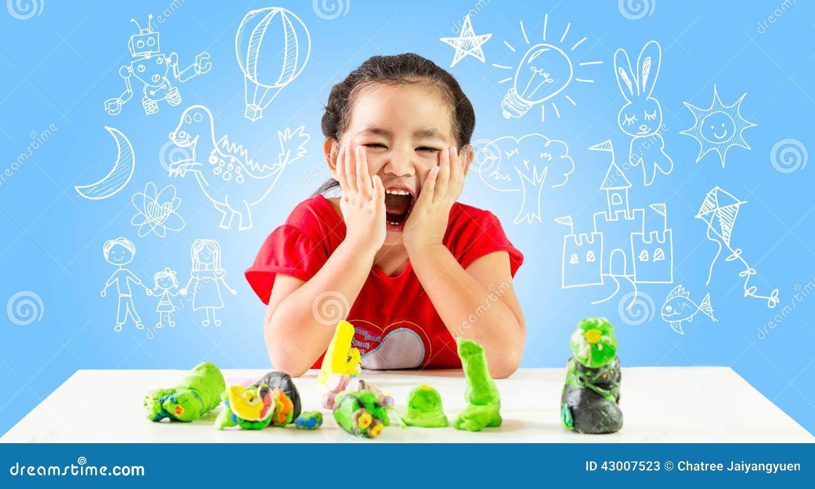 O divertimento feliz da menina para cria o pensamento
