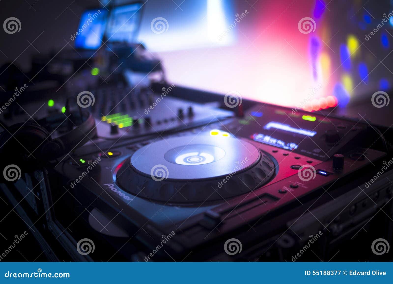 O DJ consola o clube noturno de mistura do partido da música da casa de Ibiza da mesa