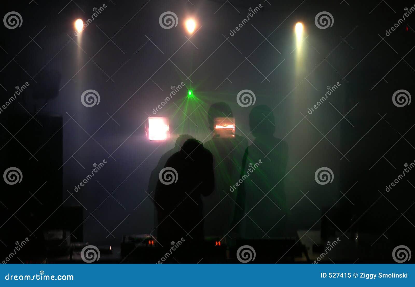 O DJ nas plataformas de rouba