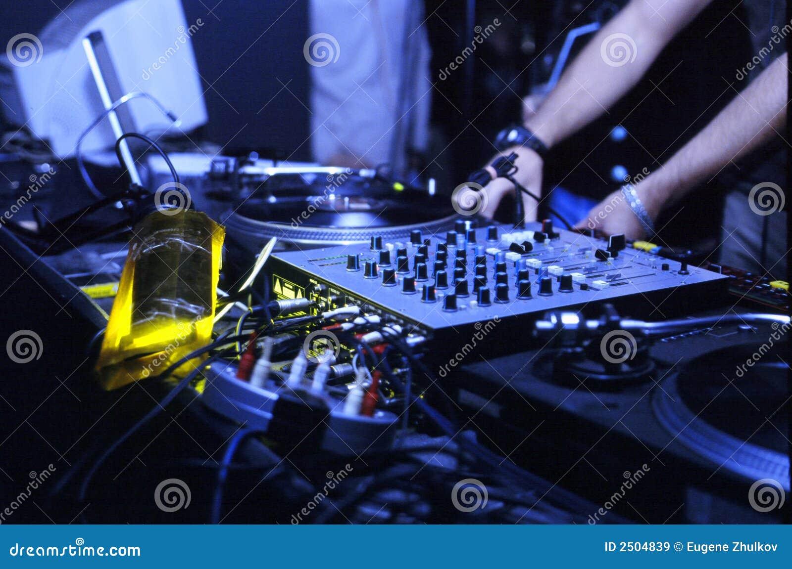 O DJ trabalha