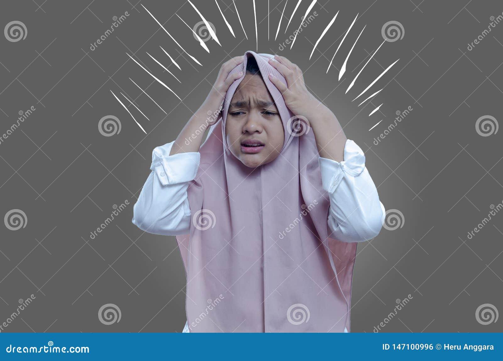 O doente da mulher do asiático forçou o sofrimento tonto da mulher, vertigem, dor de cabeça, mulher doente