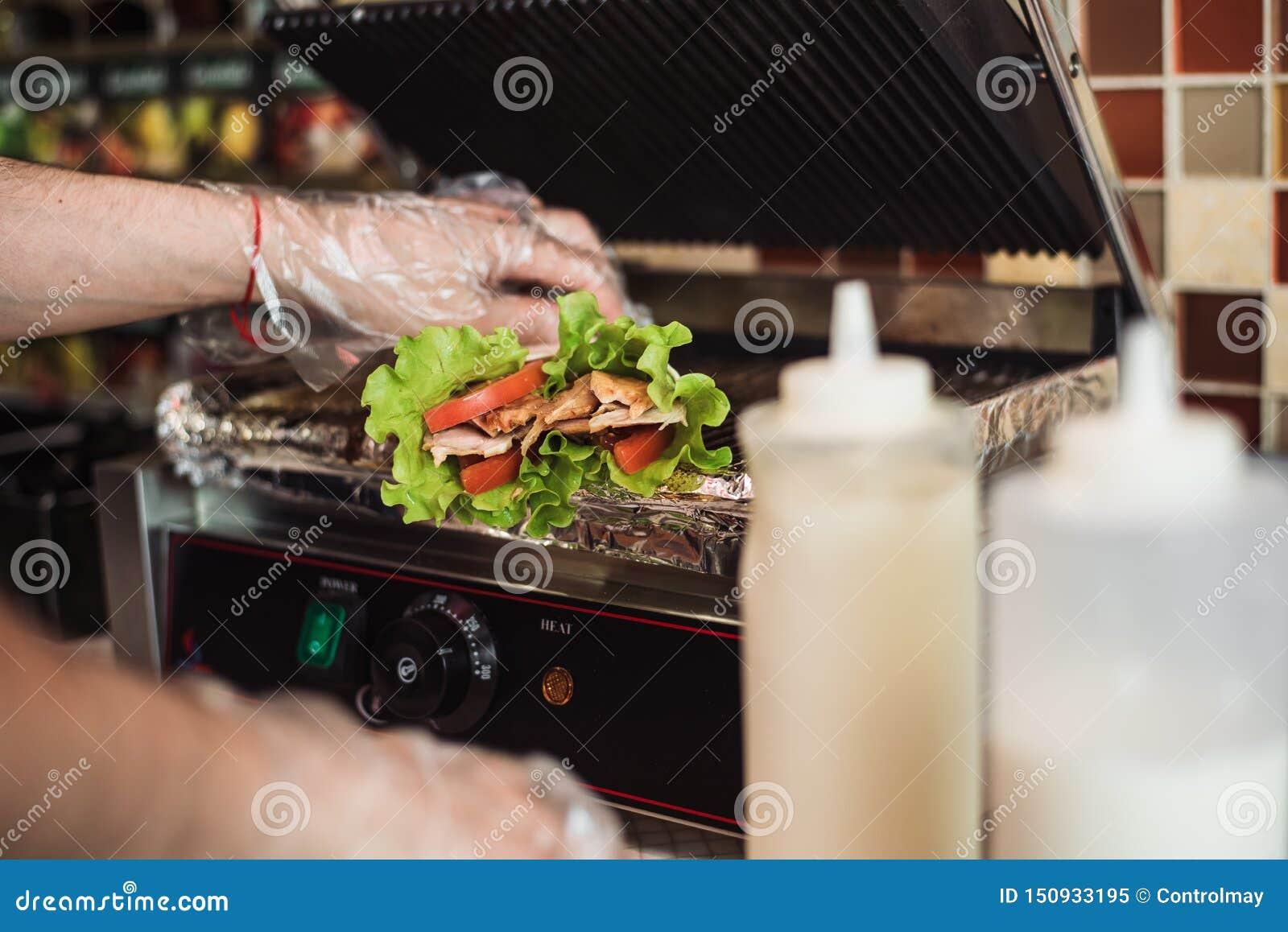 O doner de Shawarma cozeu em um forno elétrico em um restaurante do fast food