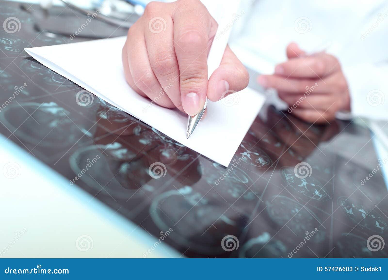 O doutor escreveu em um papel