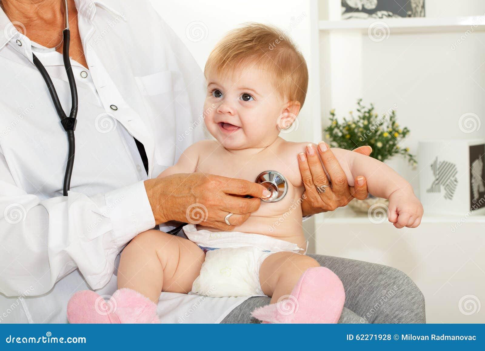 O doutor escuta o coração do bebê