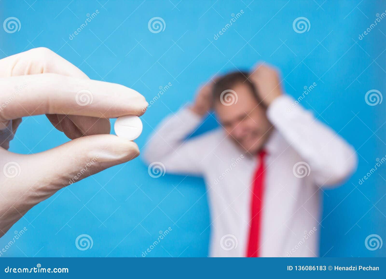 O doutor está guardando um comprimido para a psicose, no fundo é um homem que tenha um transtorno mental, psicose