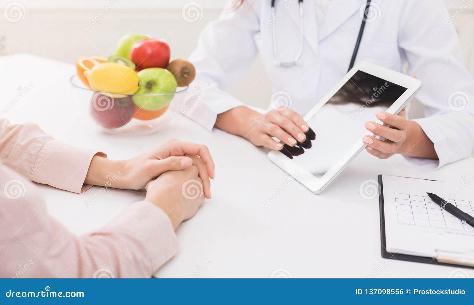 O doutor fêmea do nutricionista oferece a alternativa saudável às medicinas