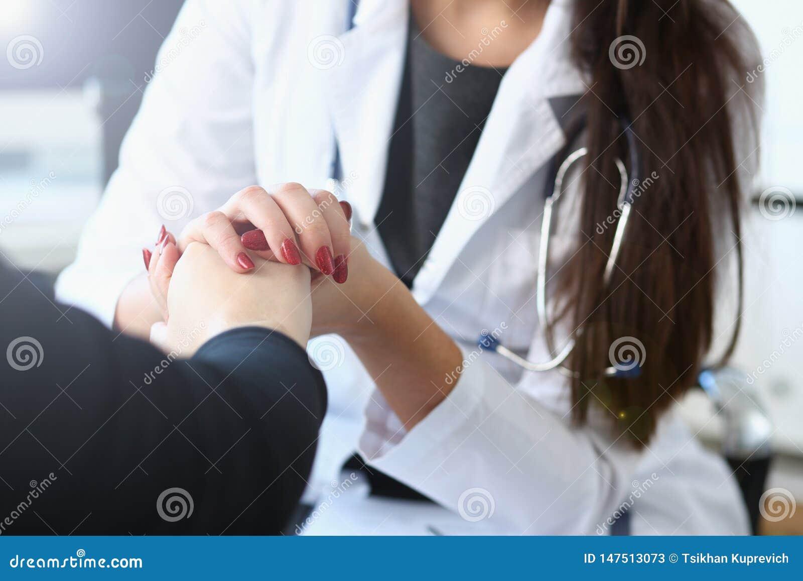 O doutor f?mea novo guarda o paciente doente ? m?o