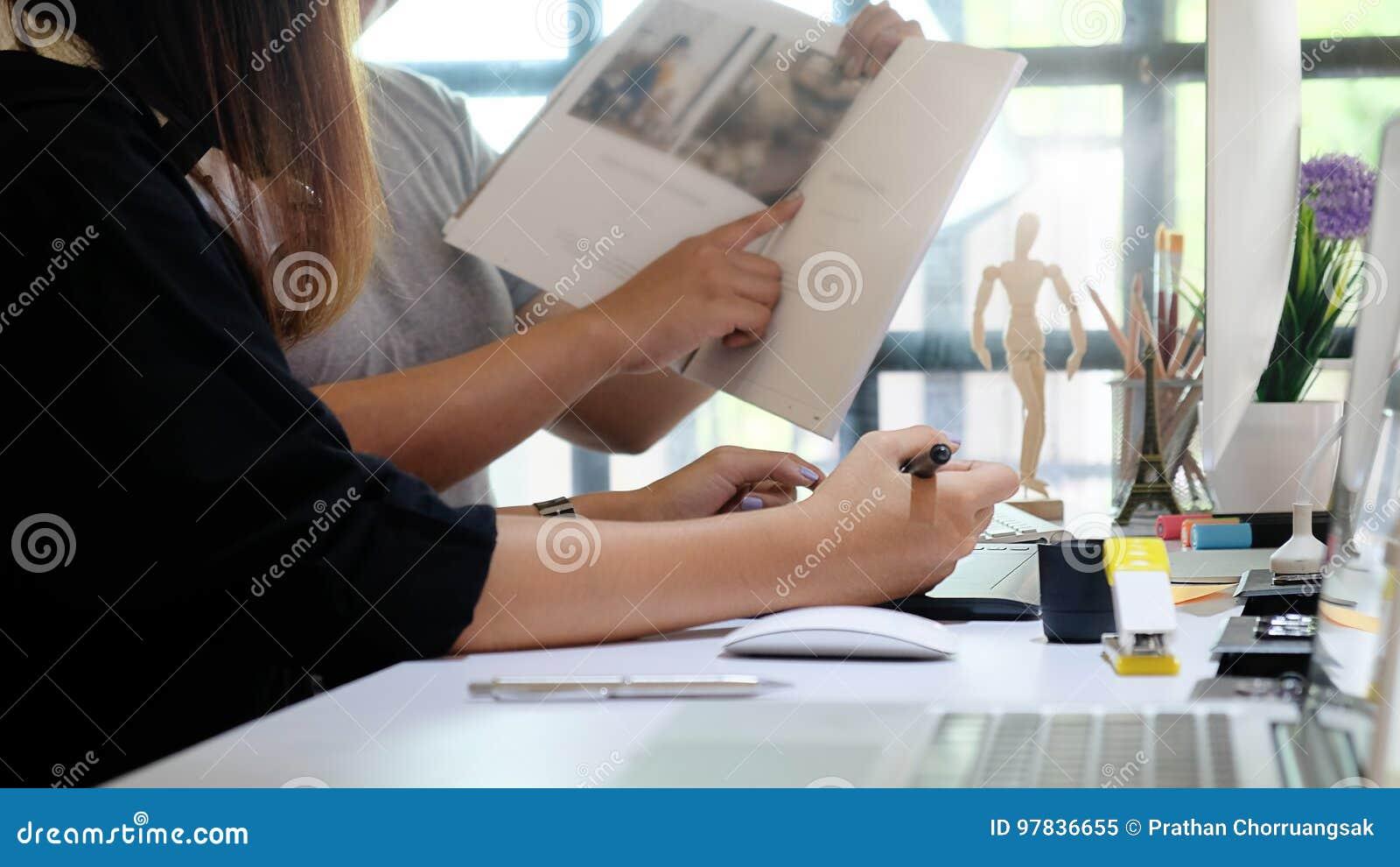 O editor que fala um plano para o compartimento edita a equipe de criativo