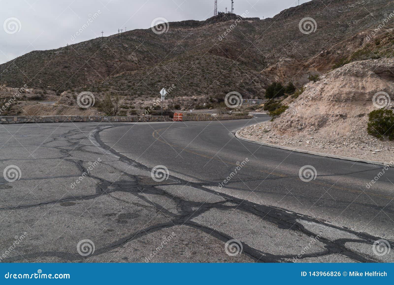 O El Paso, Texas cênico negligencia a estrada, Franklin Mountain
