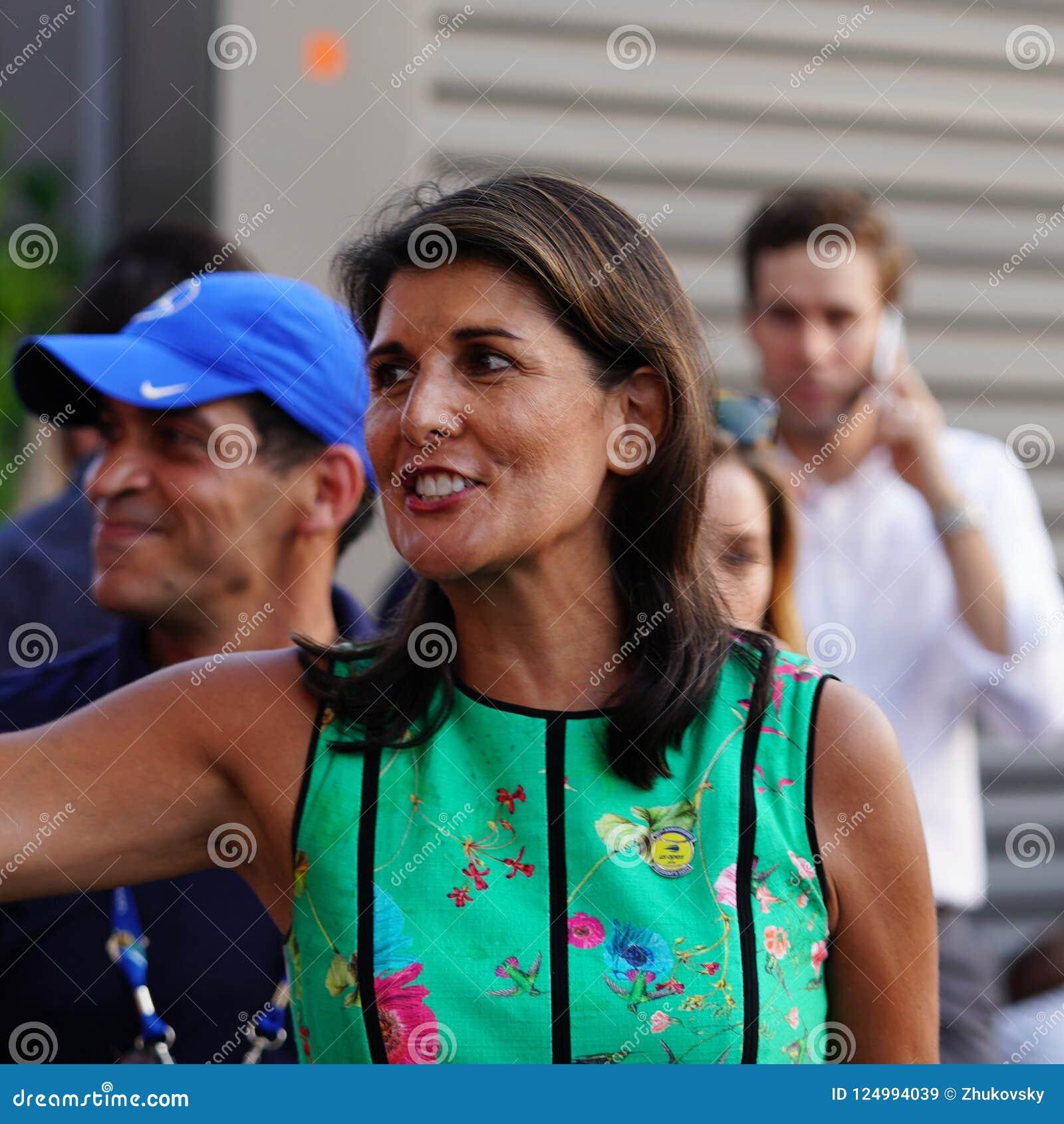 O embaixador do Estados Unidos aos United Nations Nikki Haley atende à sessão 2018 do dia do US Open no centro nacional do tênis