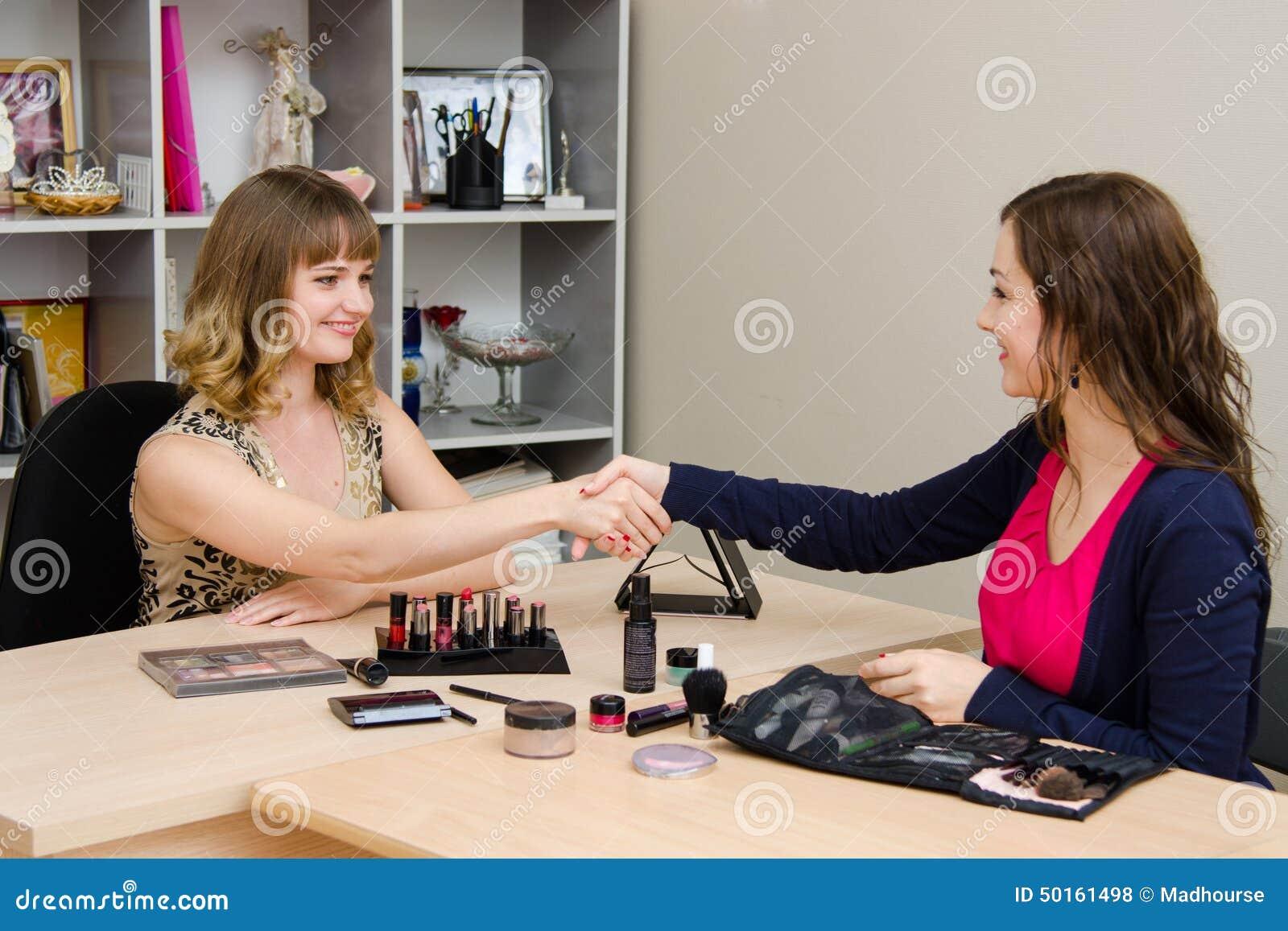 O empregado de escritório agradece ao consultante para a apresentação
