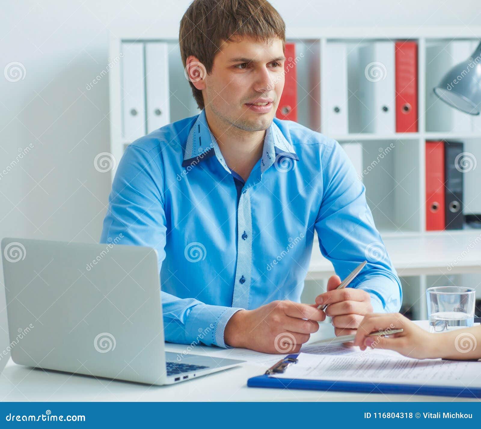 O empregado do sexo masculino do banco conclui um acordo de empréstimo com uma jovem mulher Negócio, escritório, lei e conceito l