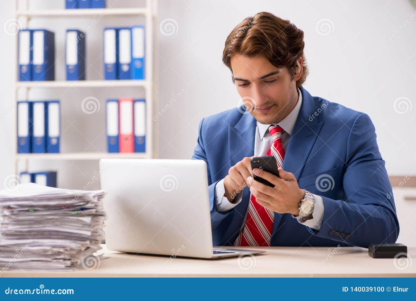 O empregado surdo que usa a prótese auditiva no escritório