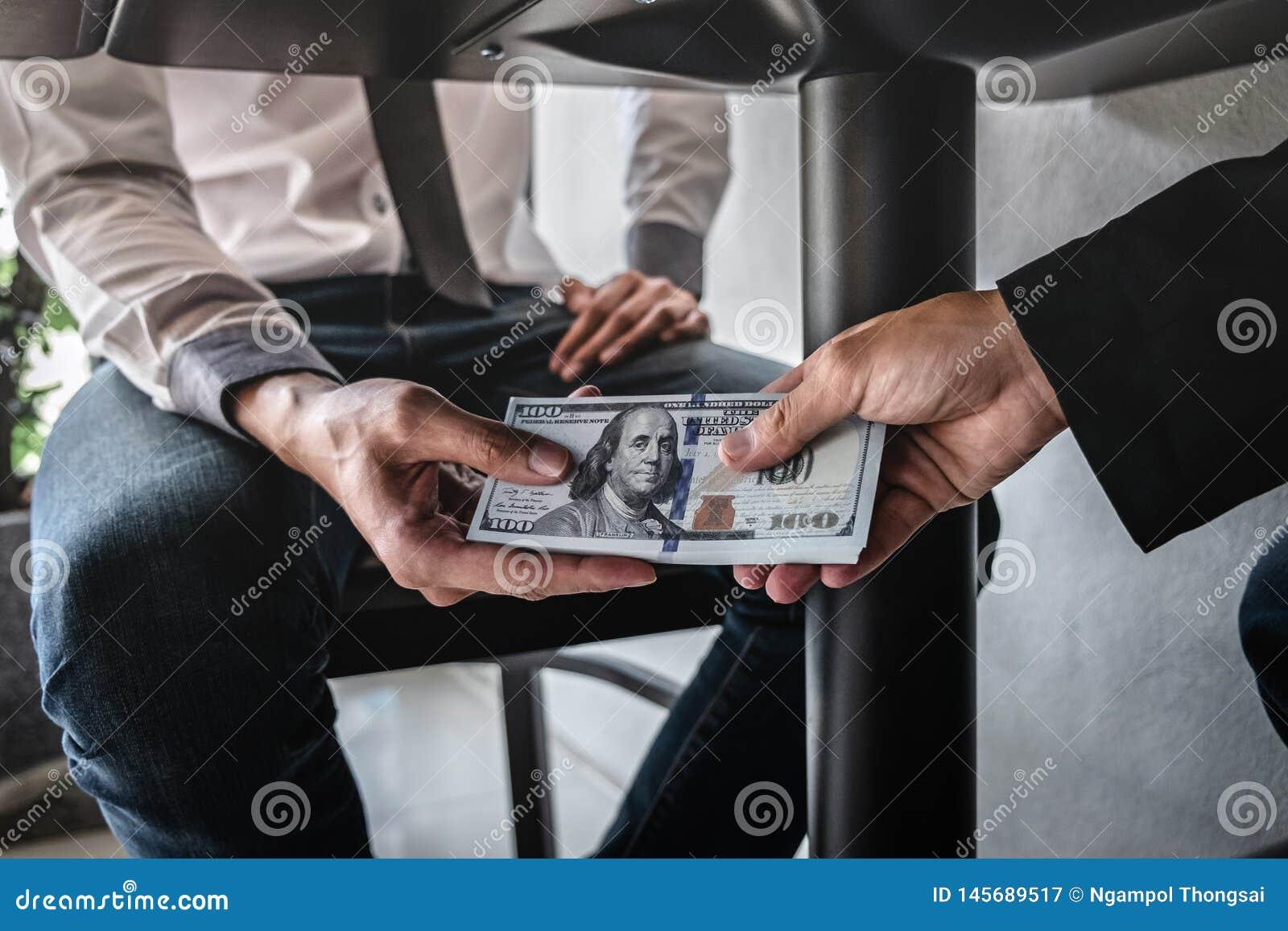 O engano desonesto no dinheiro ilegal do neg?cio, homem de neg?cios recebe o dinheiro do sub?rno sob a tabela aos executivos para