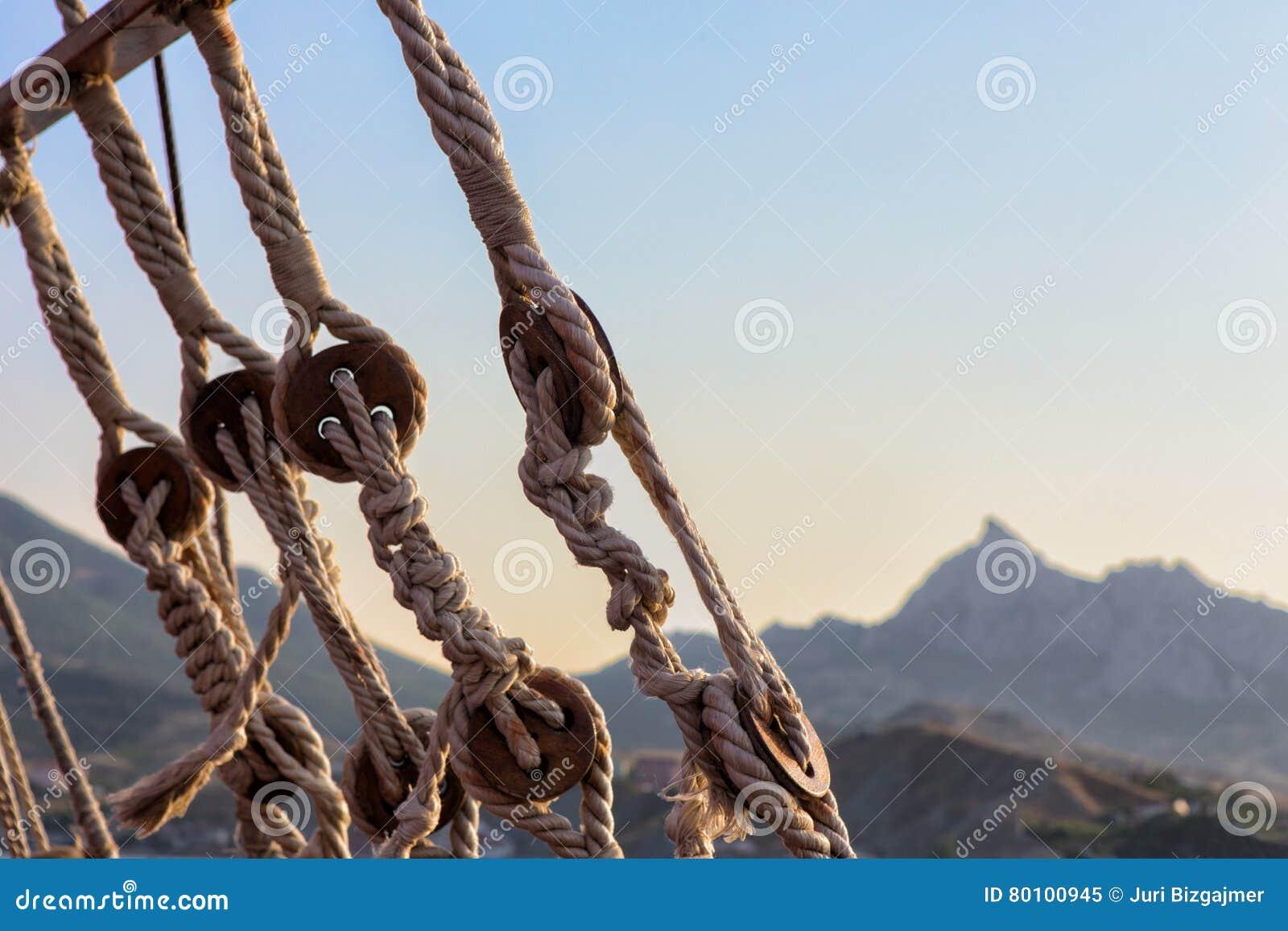 O equipamento ropes o navio de navigação