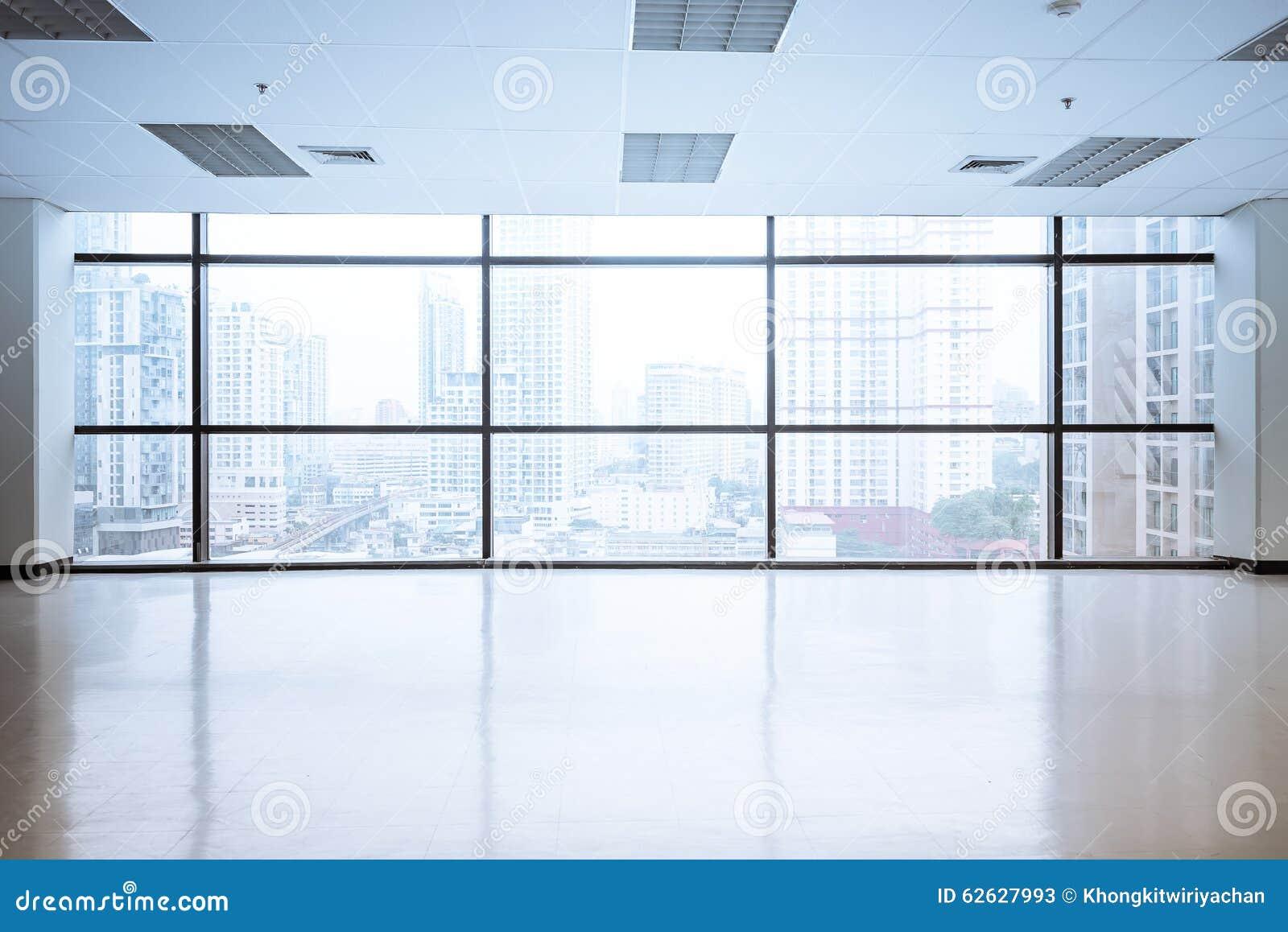 O espaço de escritórios vazio com grande janela