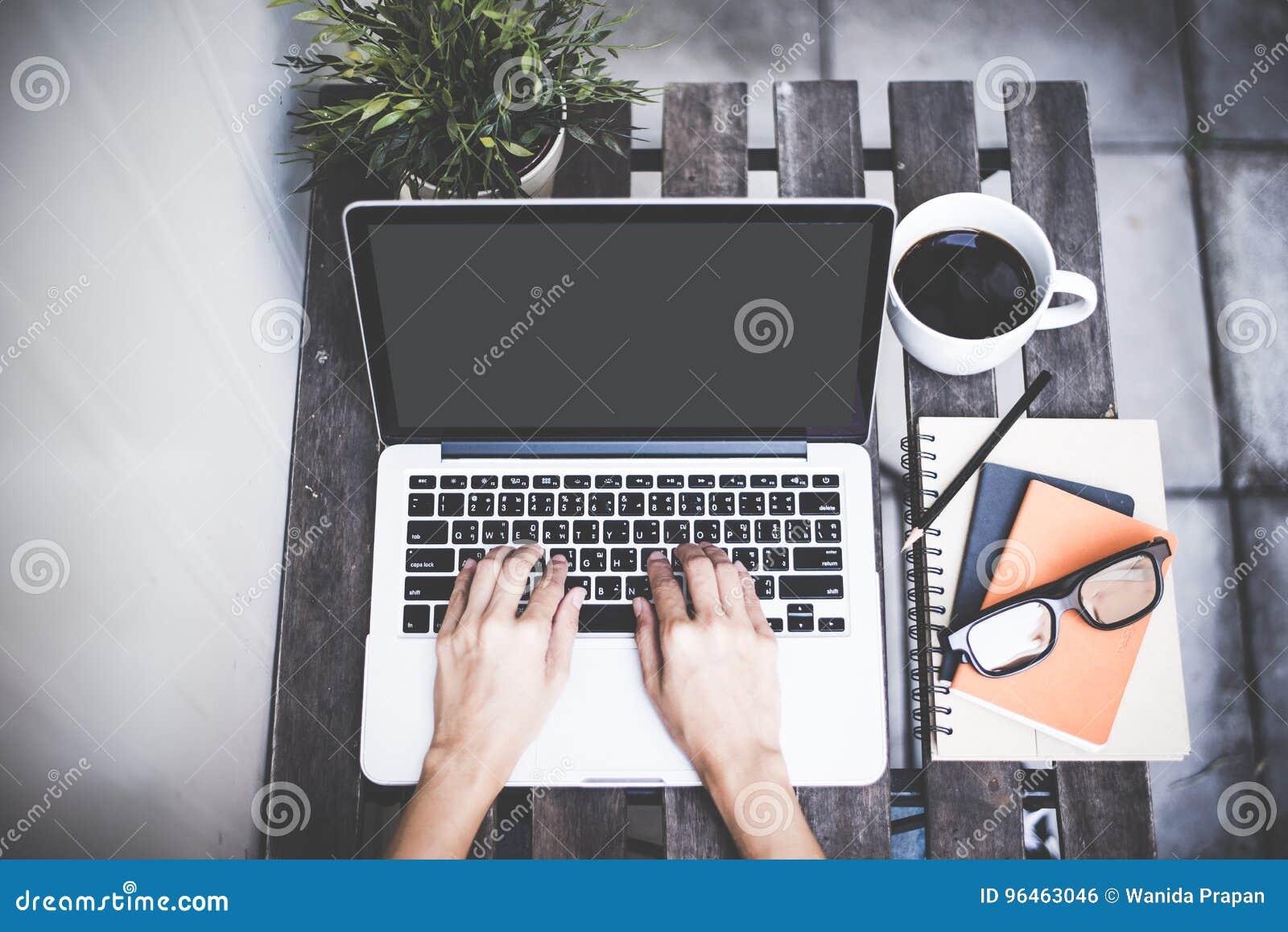O espaço de trabalho que relaxa refrigera para fora o trabalho para o escritório e projeta o smartphone do portátil com café da m