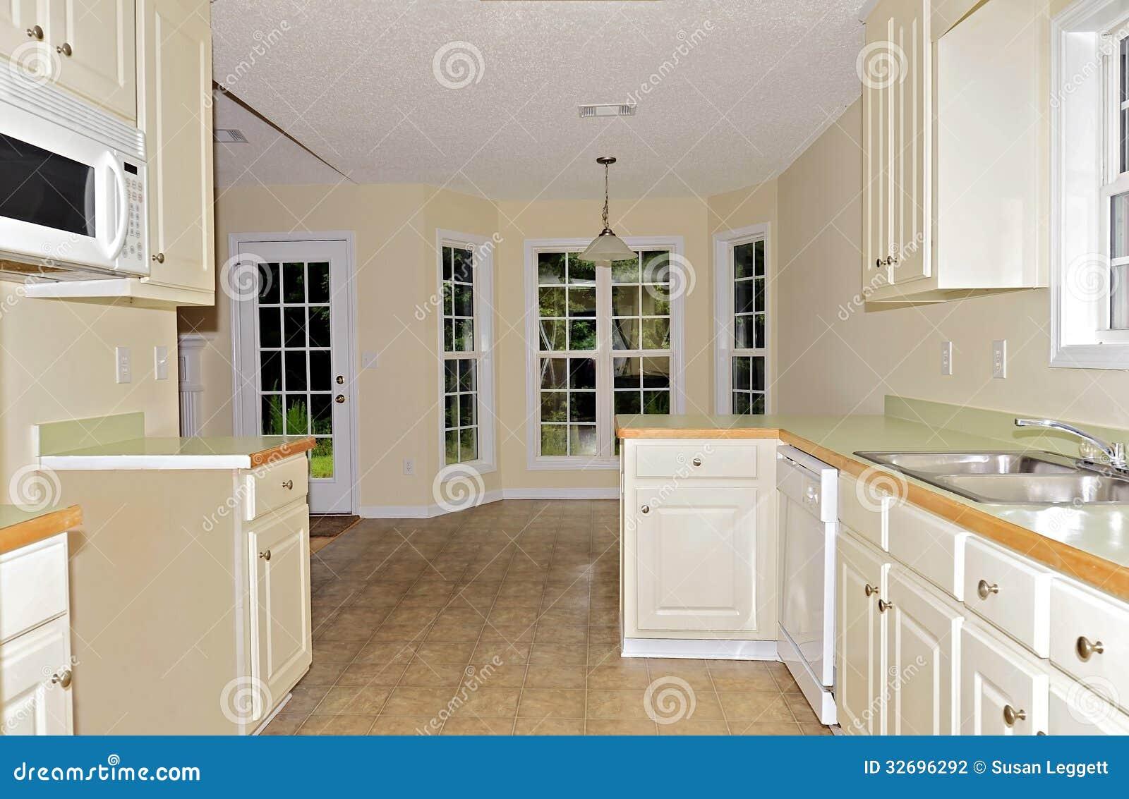 Uma vista ao espaço para refeições de uma cozinha pequena sem um  #A36B28 1300 938