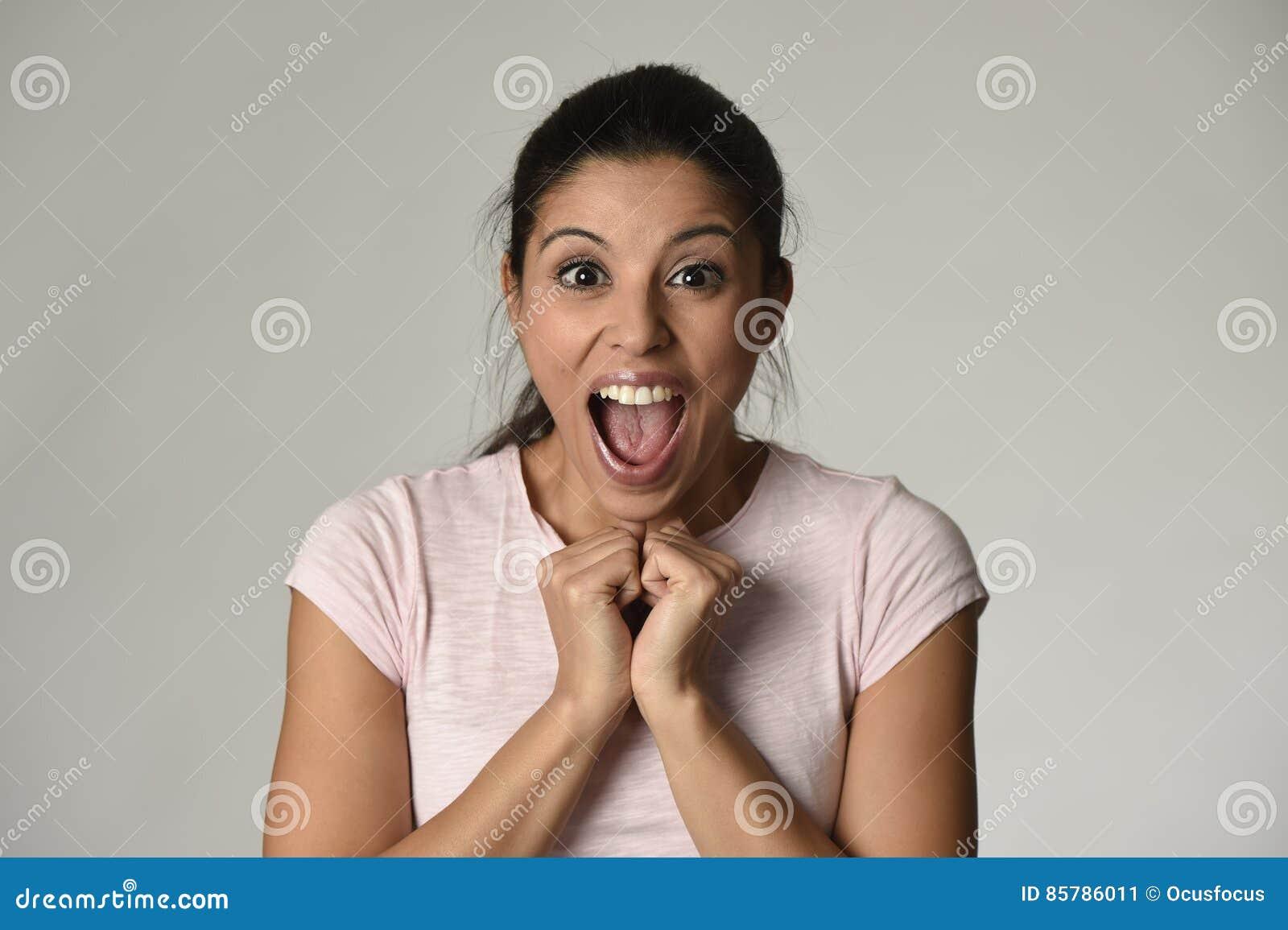 O espanhol bonito surpreendeu a mulher surpreendida em choque e na surpresa felizes e entusiasmado